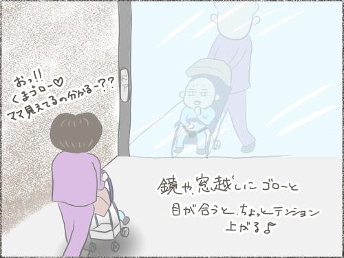 ベビーカーに子供を載せた姿がガラスに映っているイラスト