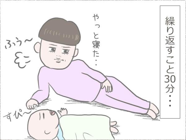 昼寝中の赤ちゃんと、それを見守る母