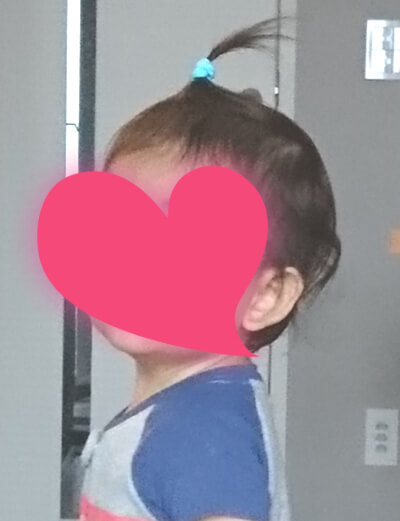 男の子が髪の毛を結んでいる姿